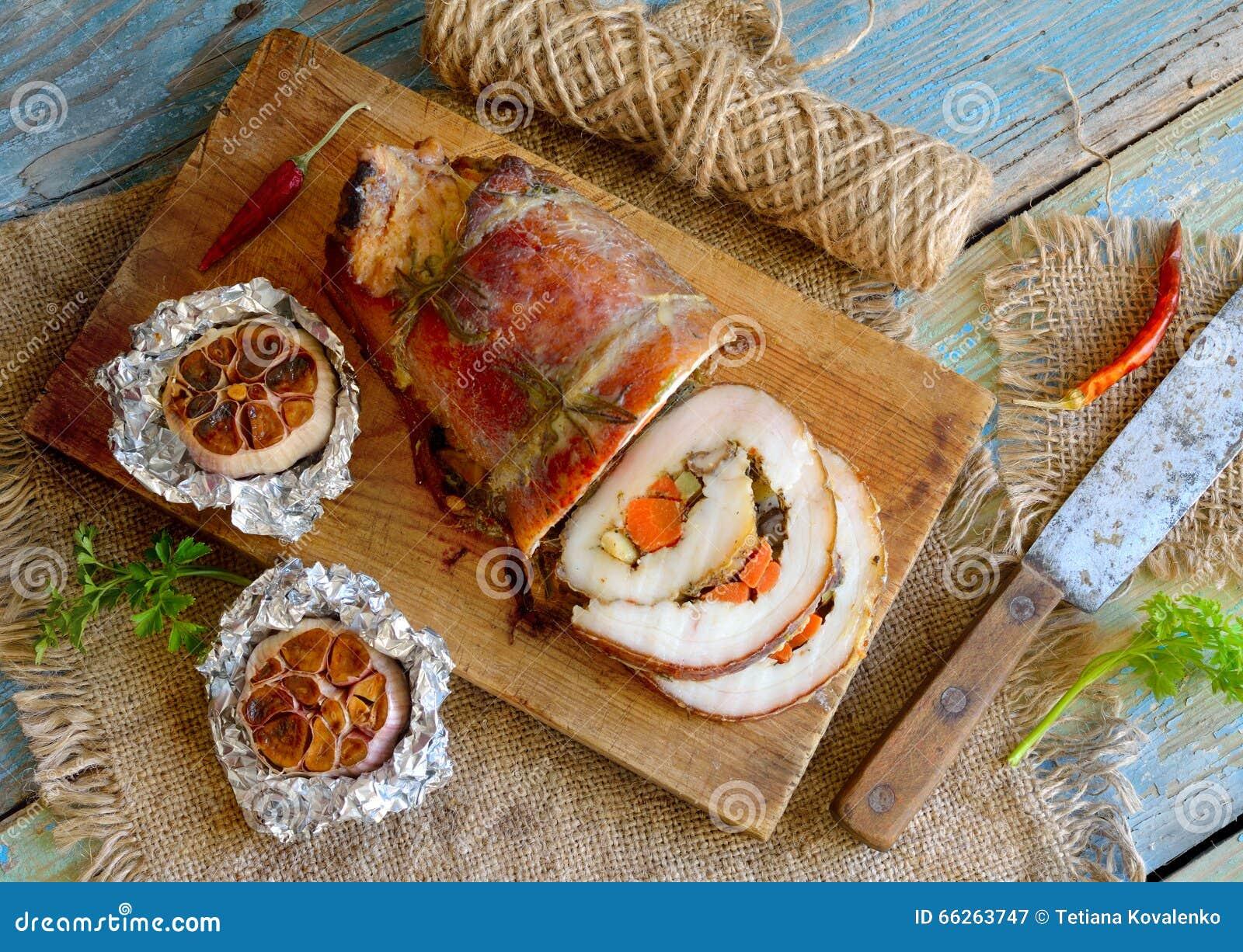 Rôti bourré d échine de porc avec l ail cuit au four