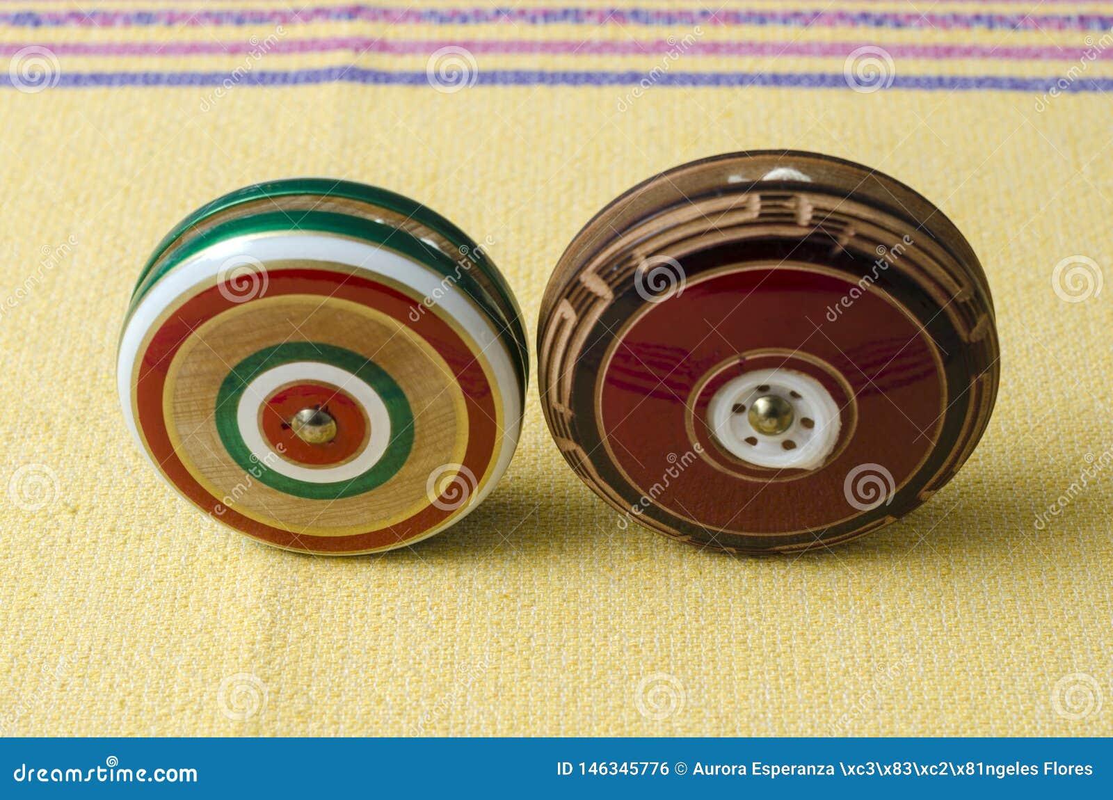 R?tros yo-yo en bois sur la nappe jaune