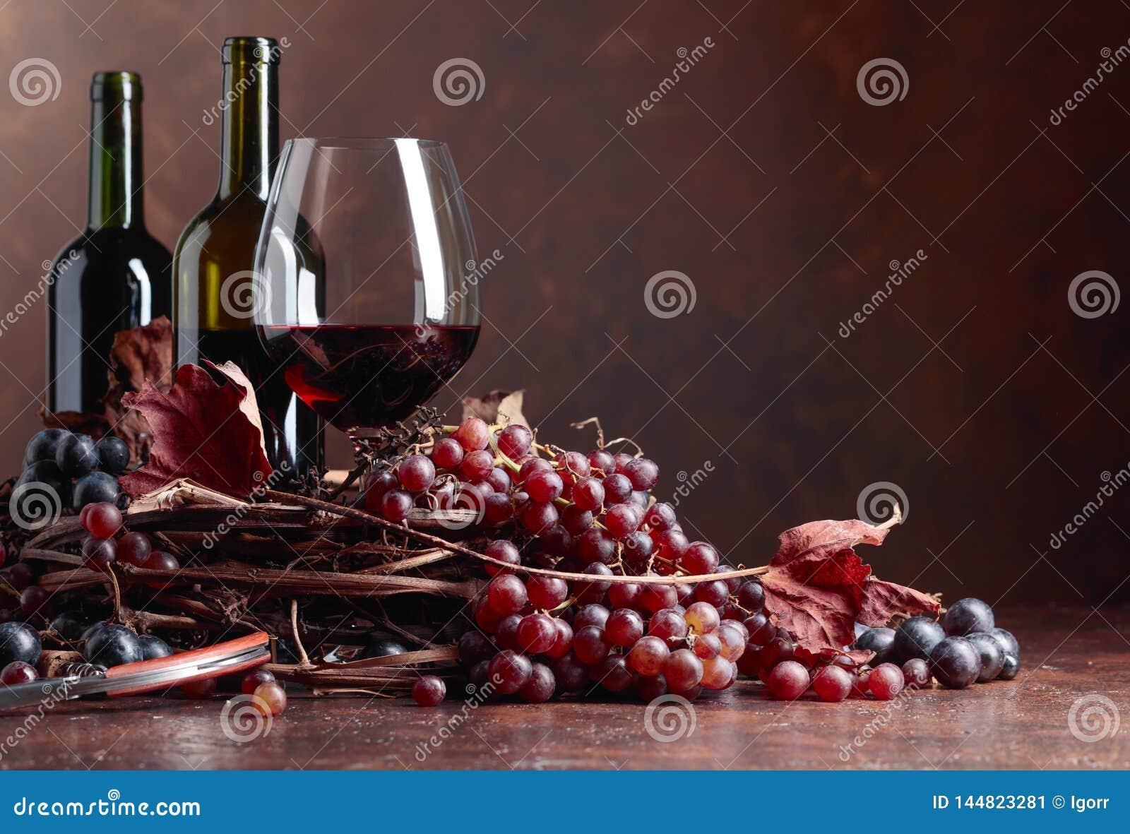 R?tt vin och nya druvor med torkat upp vinrankasidor