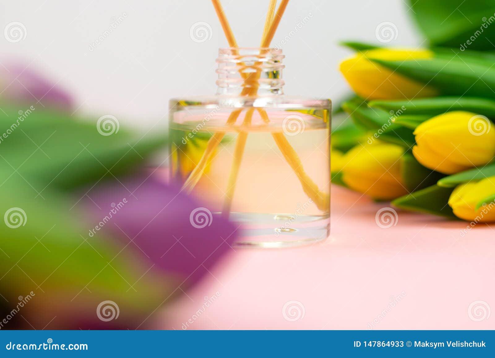 R?ucherst?bchen und Tulpen auf rosa Hintergrund