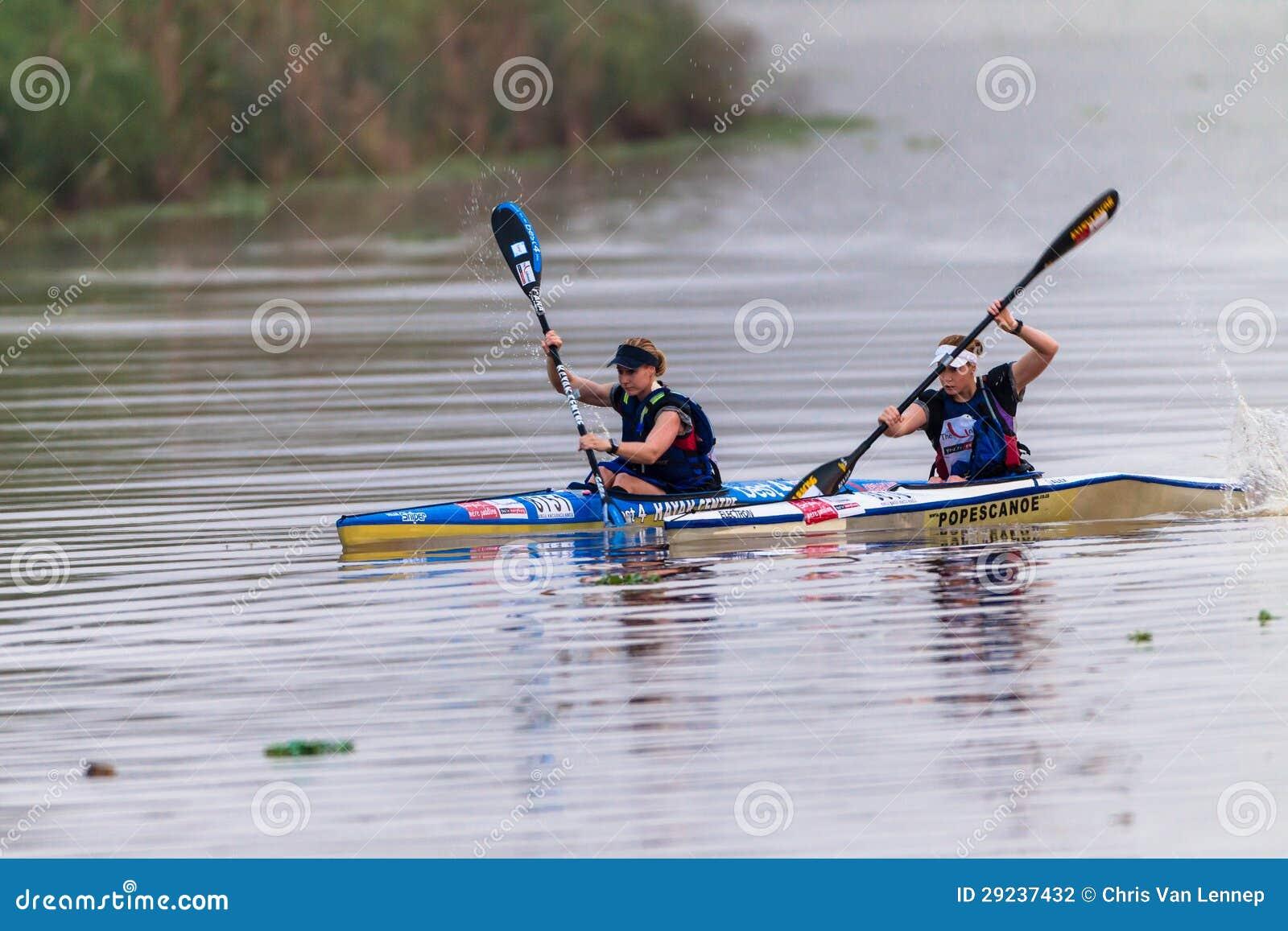 Download Raça Da Canoa De Dusi Das Irmãs Dos Paddlers Fotografia Editorial - Imagem de ação, balanço: 29237432