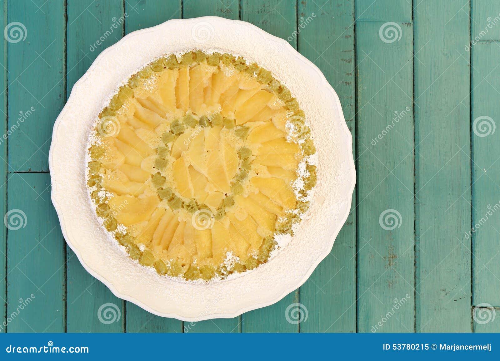 Rabarbarowy Jabłczany wanilia tort na bielu talerza turkusu tle