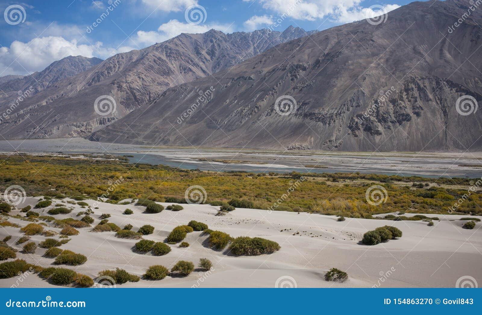 Rabatowa rzeczna Panj rzeka w Wakhan dolinie z Tajikistan i Afganistan, Piękna sceneria wzdłuż Roa
