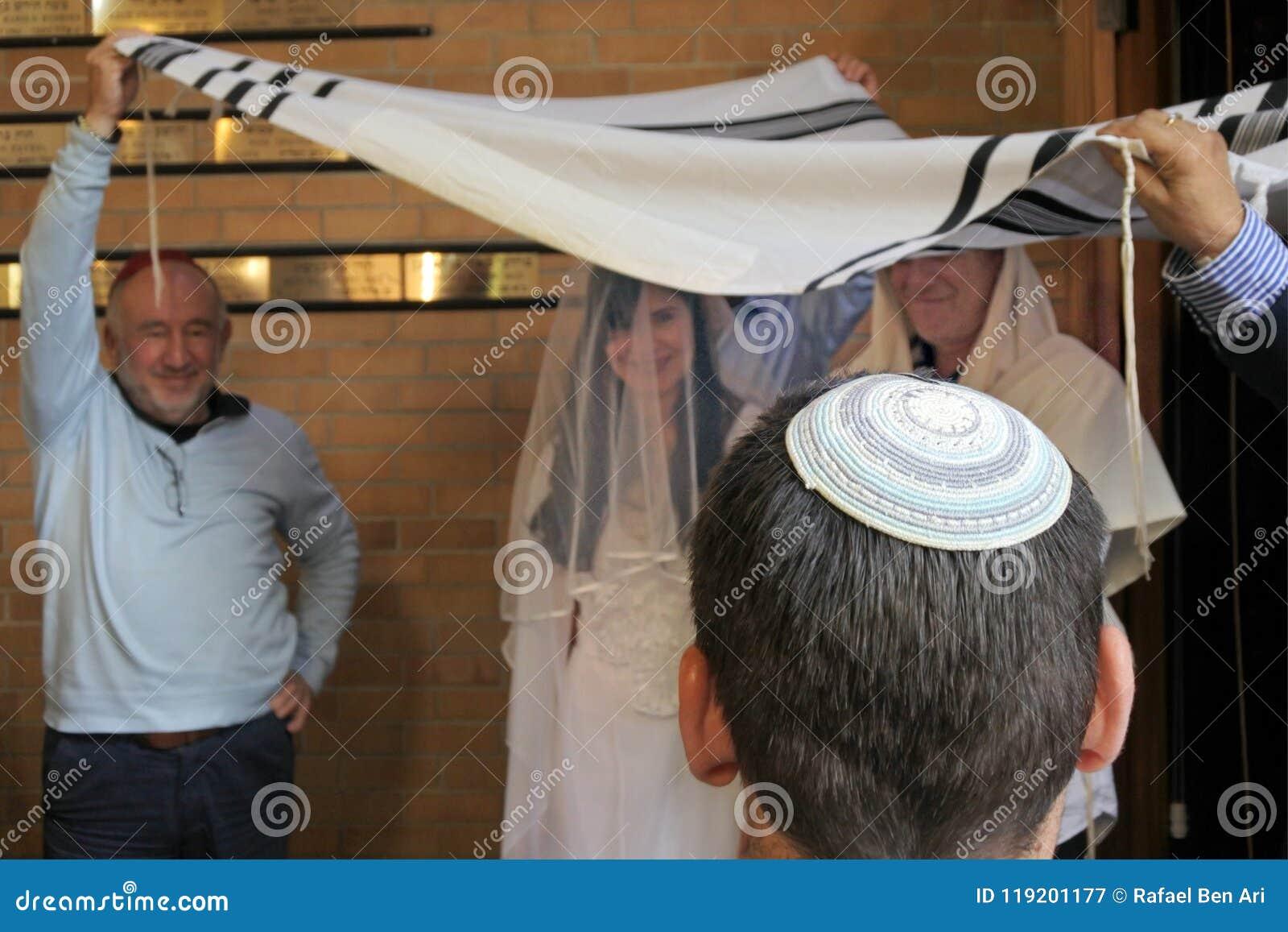 Rabbin belssing la jeune mariée juive et un jeune marié sous un chupa