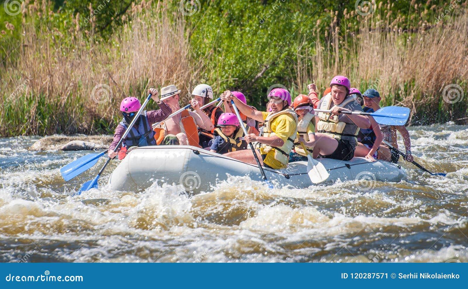 Rabbiting Glat företag av folk av olika åldrar som seglar på ett rubber uppblåsbart fartyg Teamwork positiva sinnesrörelser