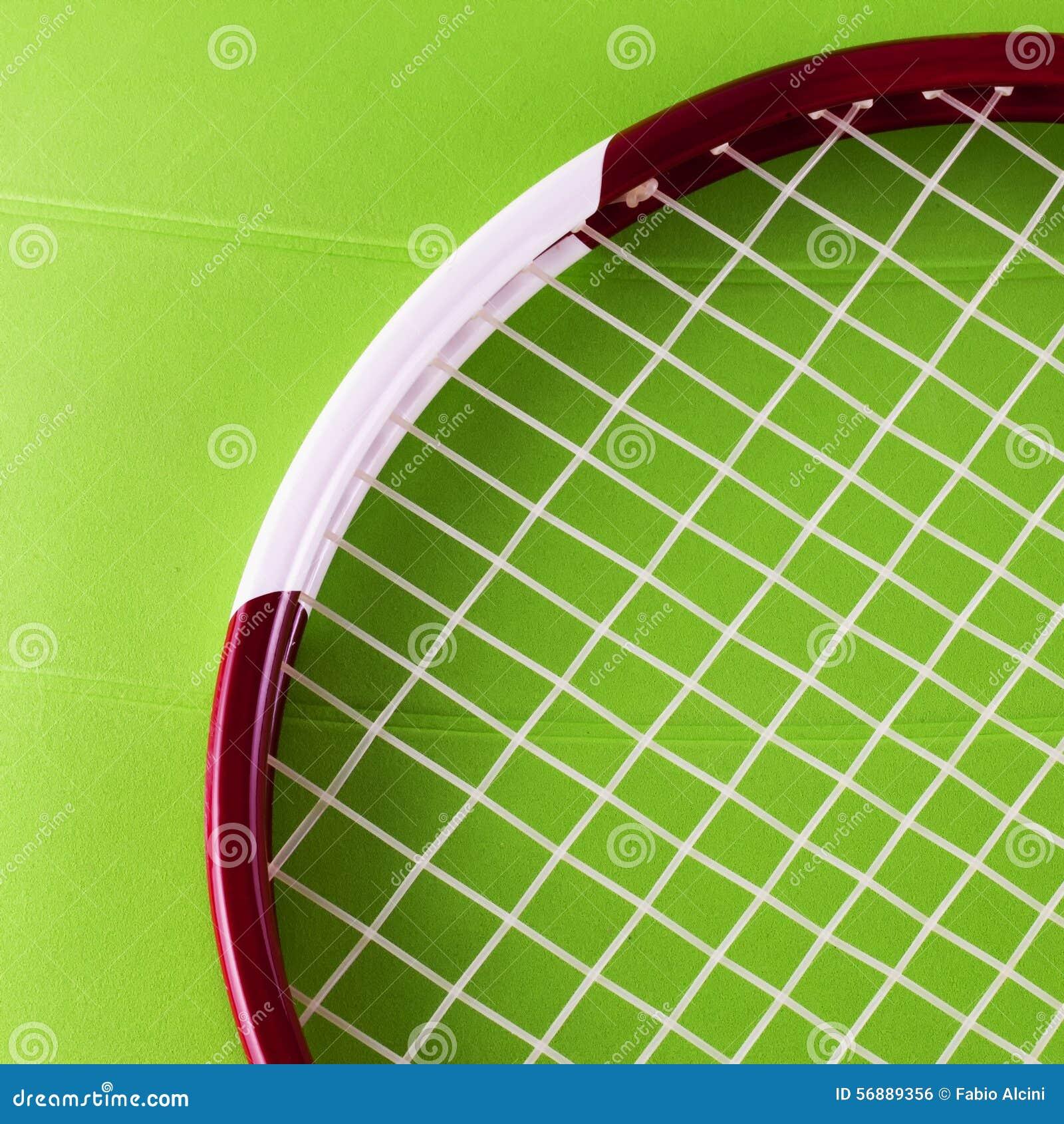 Racchetta di tennis sopra la superficie del sintetico