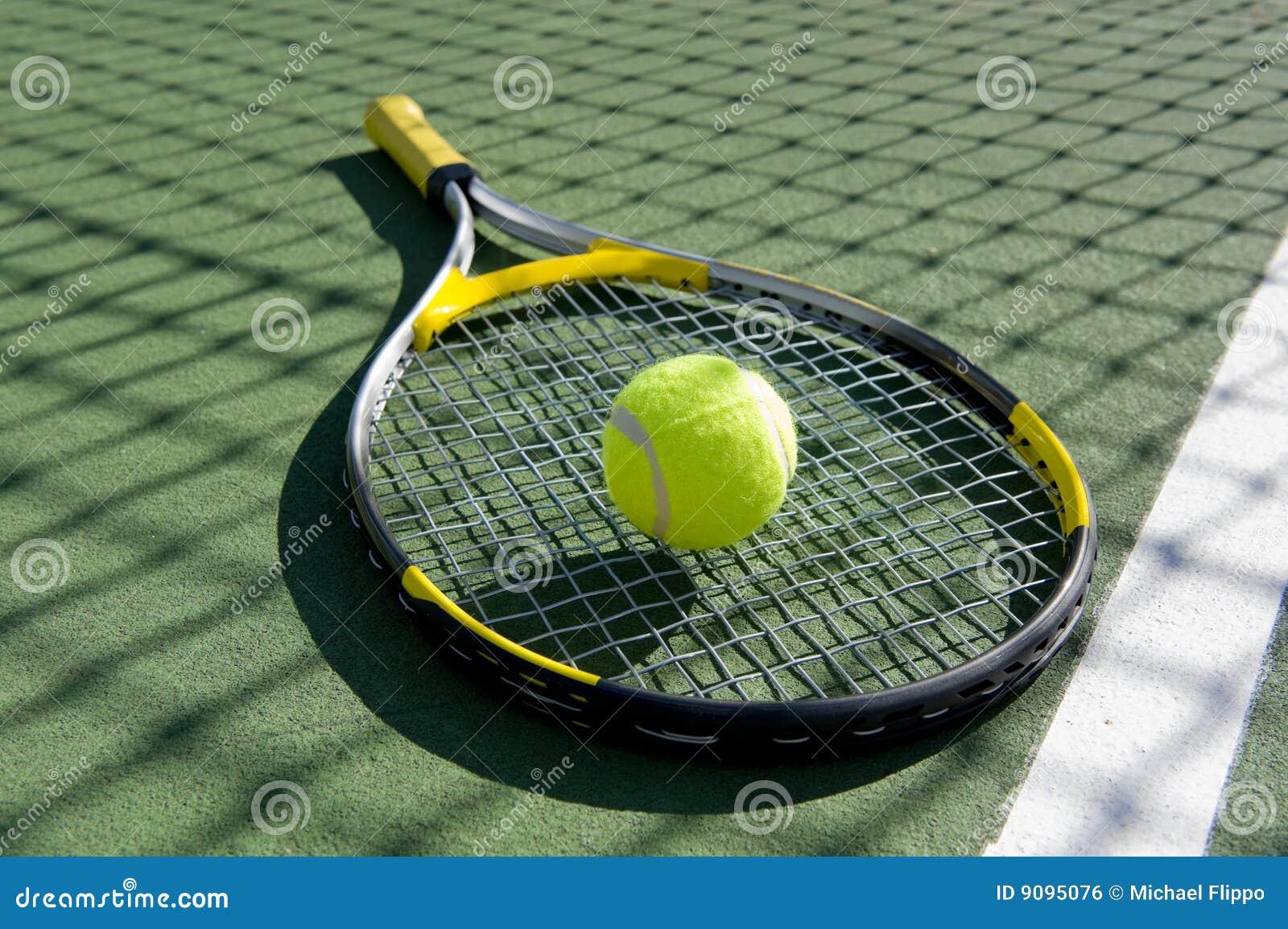 Racchetta e sfera di tennis su bianco