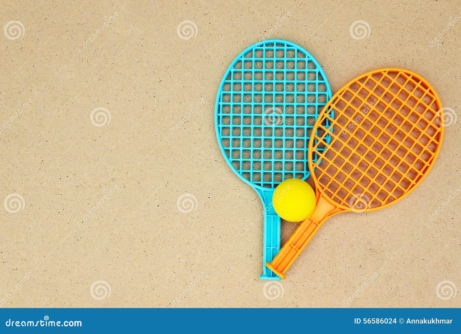 Racchette e palla di tennis sulla tavola