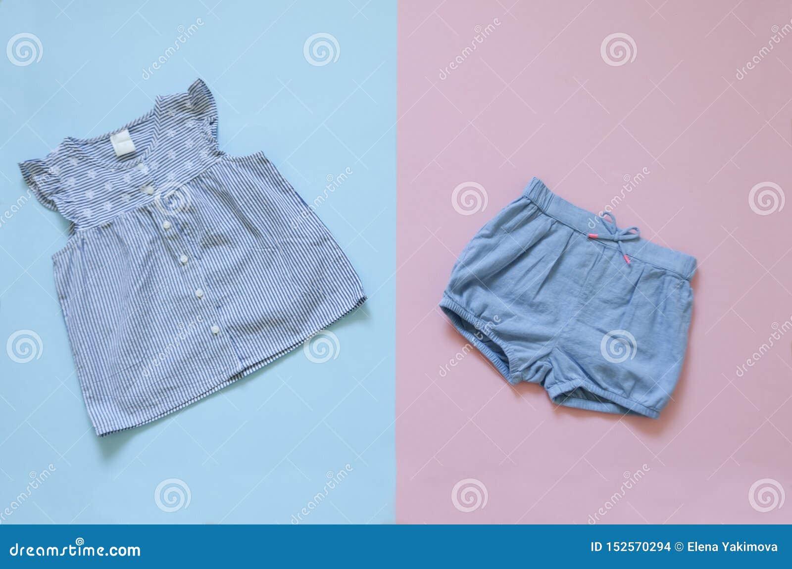 Raccolta posta piana dei vestiti della neonata insieme dei vestiti della ragazza di modo vestiti del bambino del collage della ra