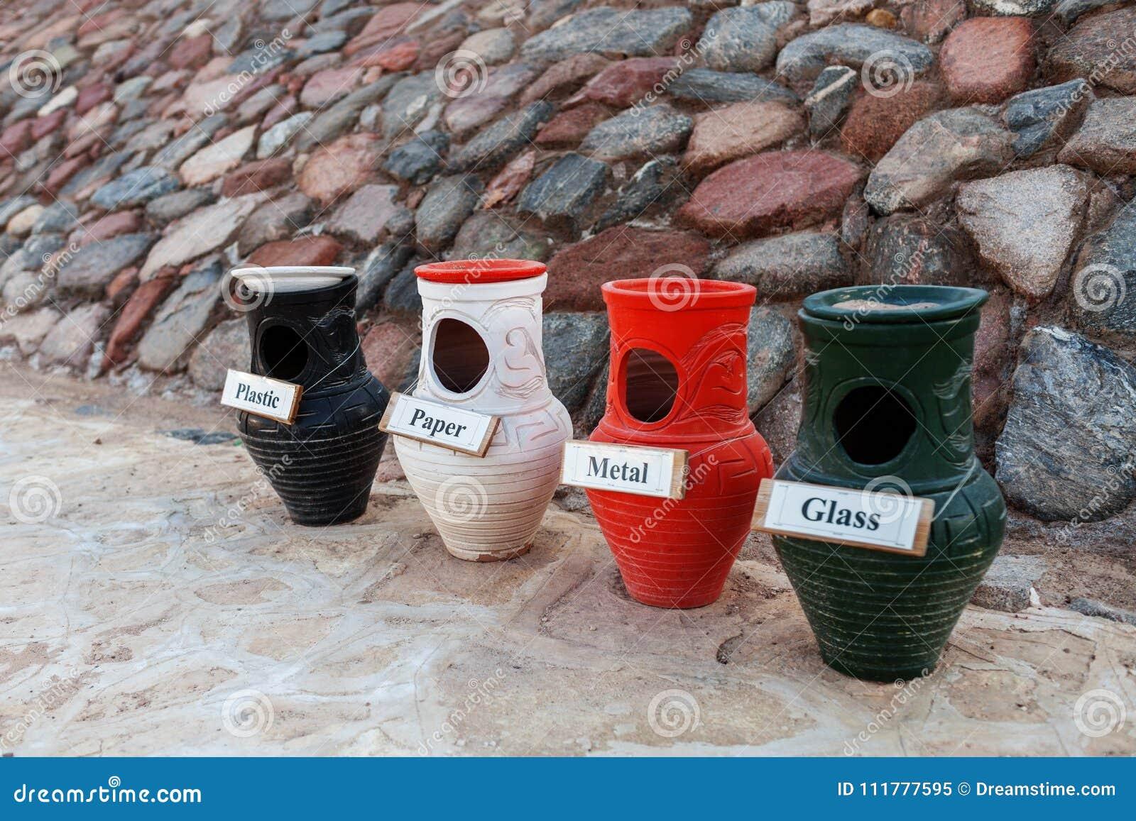 Raccolta separata dei vasi di argilla e dell immondizia