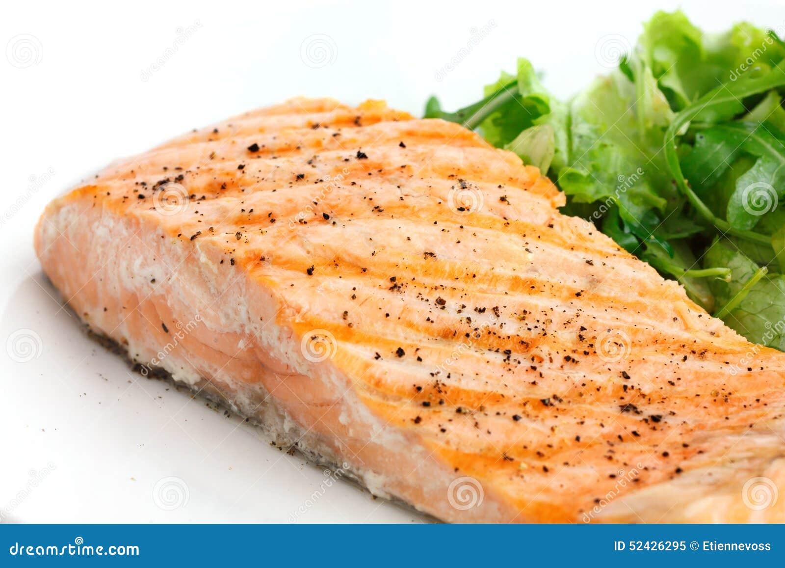 Raccordo Arrostito Del Salmone Sul Piatto Con Insalata