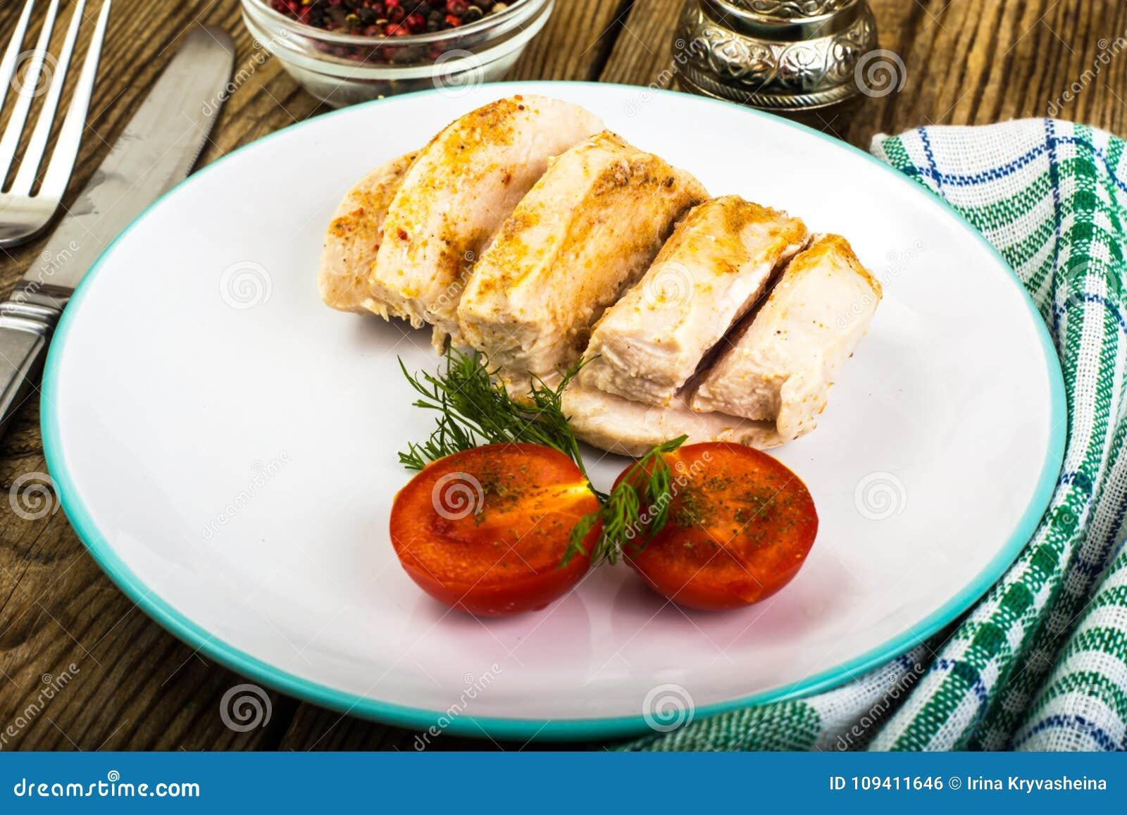 Raccordo bollito del pollo ed alimento di dieta dei pomodori, pranzo della proteina e cena ciliegia-sani