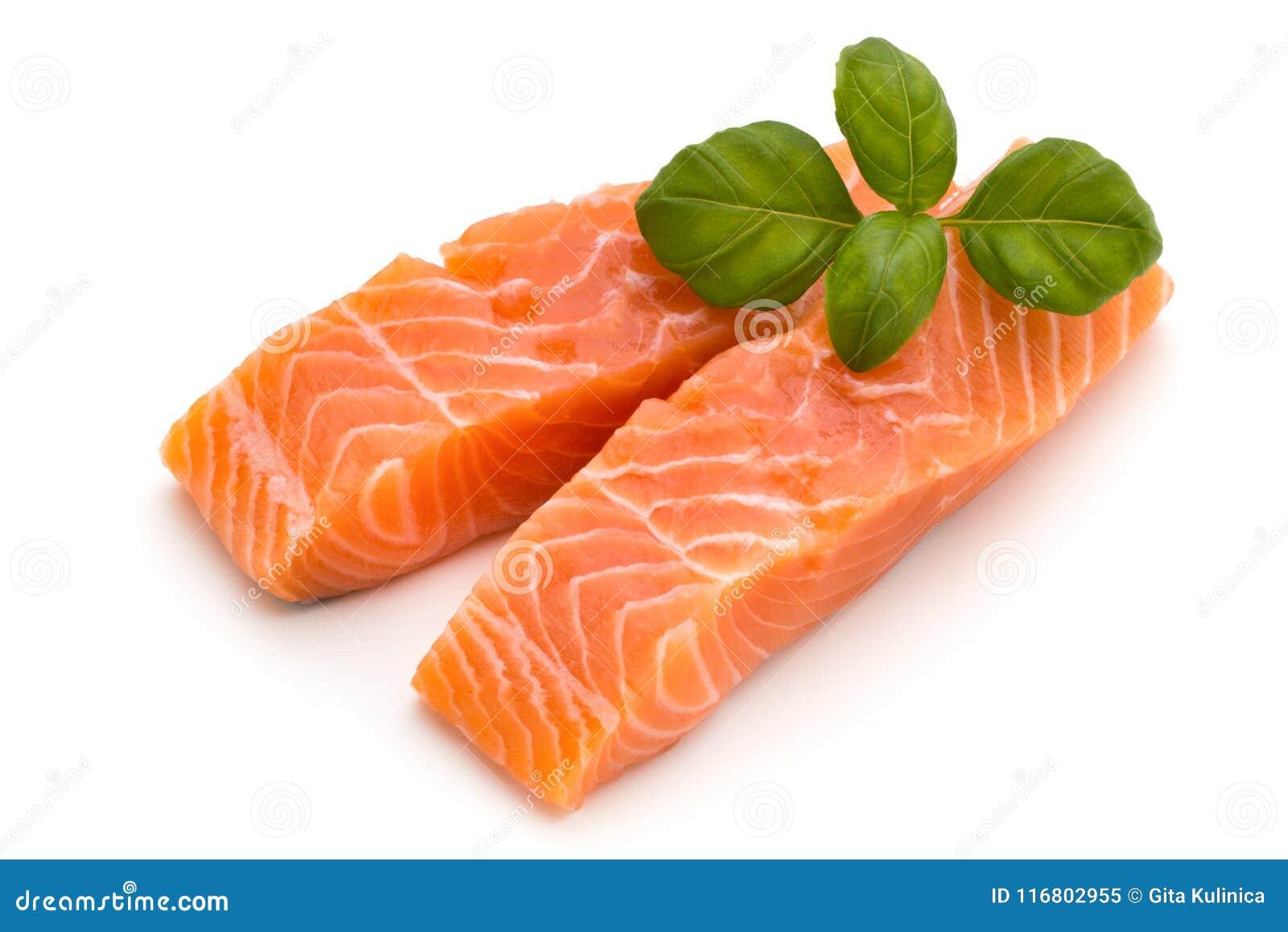 Raccordo di color salmone fresco con basilico sui precedenti bianchi