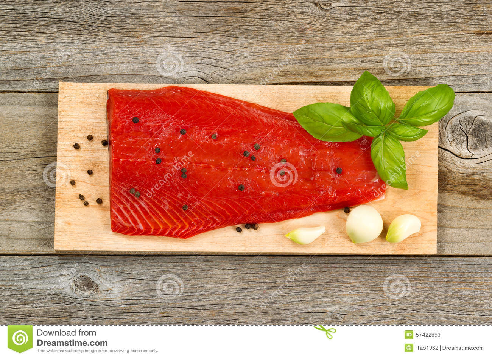 Raccordo Fresco Del Salmone Rosso Su Cedro Che Cucina Plancia Con Le ...