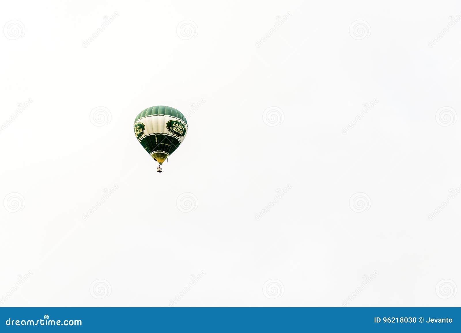 Racecourse, Νόρθαμπτον, Αγγλία, UK - 1 Ιουλίου: Μπαλόνι ζεστού αέρα με το λογότυπο του Land Rover που πετά πέρα από την πόλη του