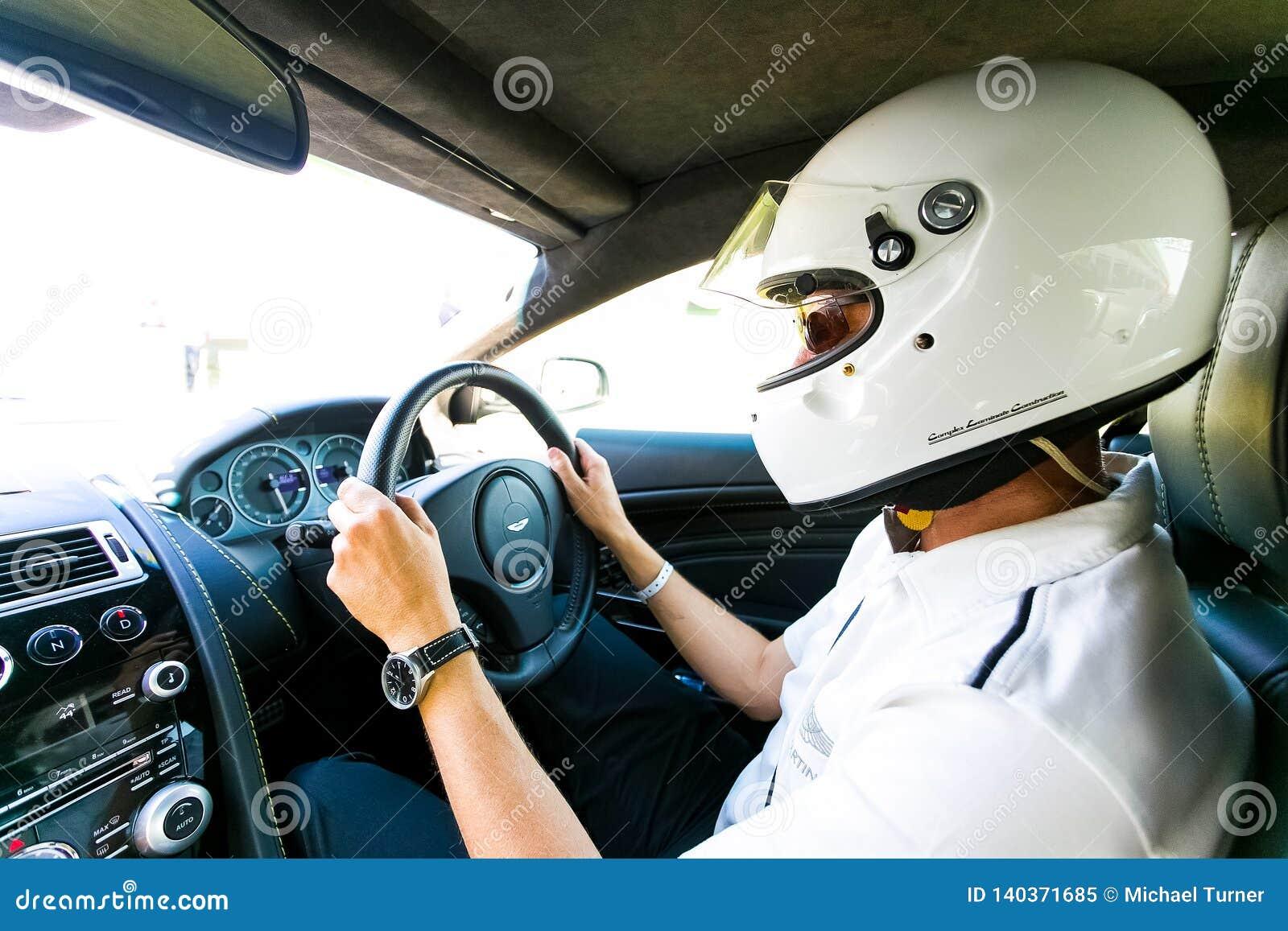 Racerbilchaufför i en Aston Martin Sports Car