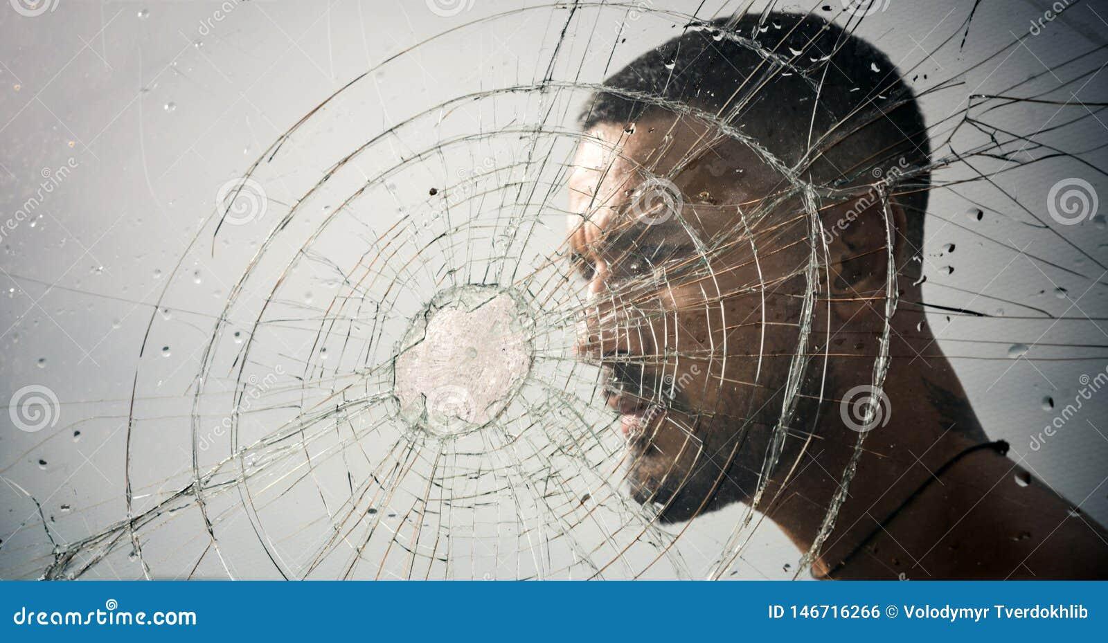 Rachadura homem macho atrás do vidro esmagado raiva destrui??o roubo do teste do esmagamento descarga emocional Buraco de bala no