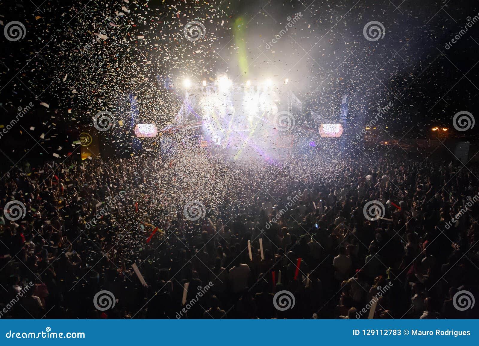 Rache der neunziger Jahre versehen die Ausführung am Musik-Festival mit einem Band