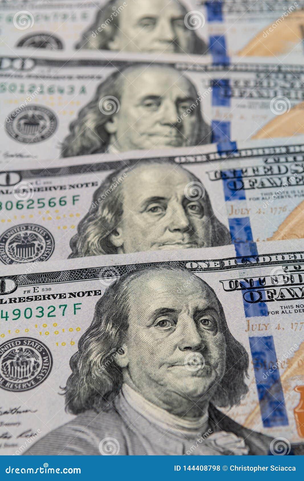 $100 rachunków odizolowywających w górę Bogactwo i finanse pojęcie