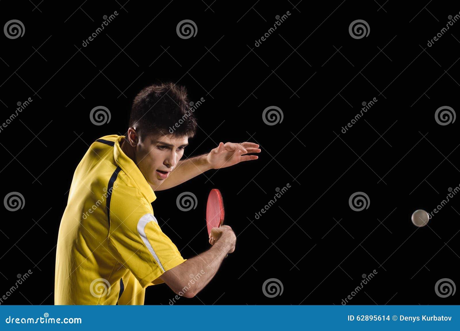Racket en bal die op wit wordt geïsoleerde Jonge mens