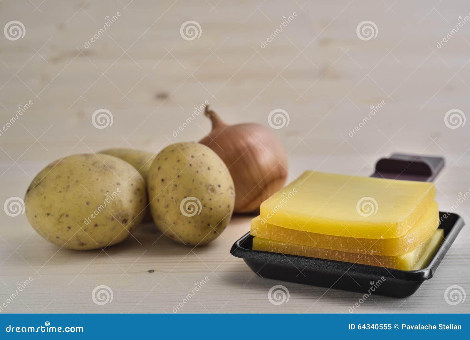 Raclette Behälter Mit Käse Kartoffeln Und Zwiebel Stockbild Bild