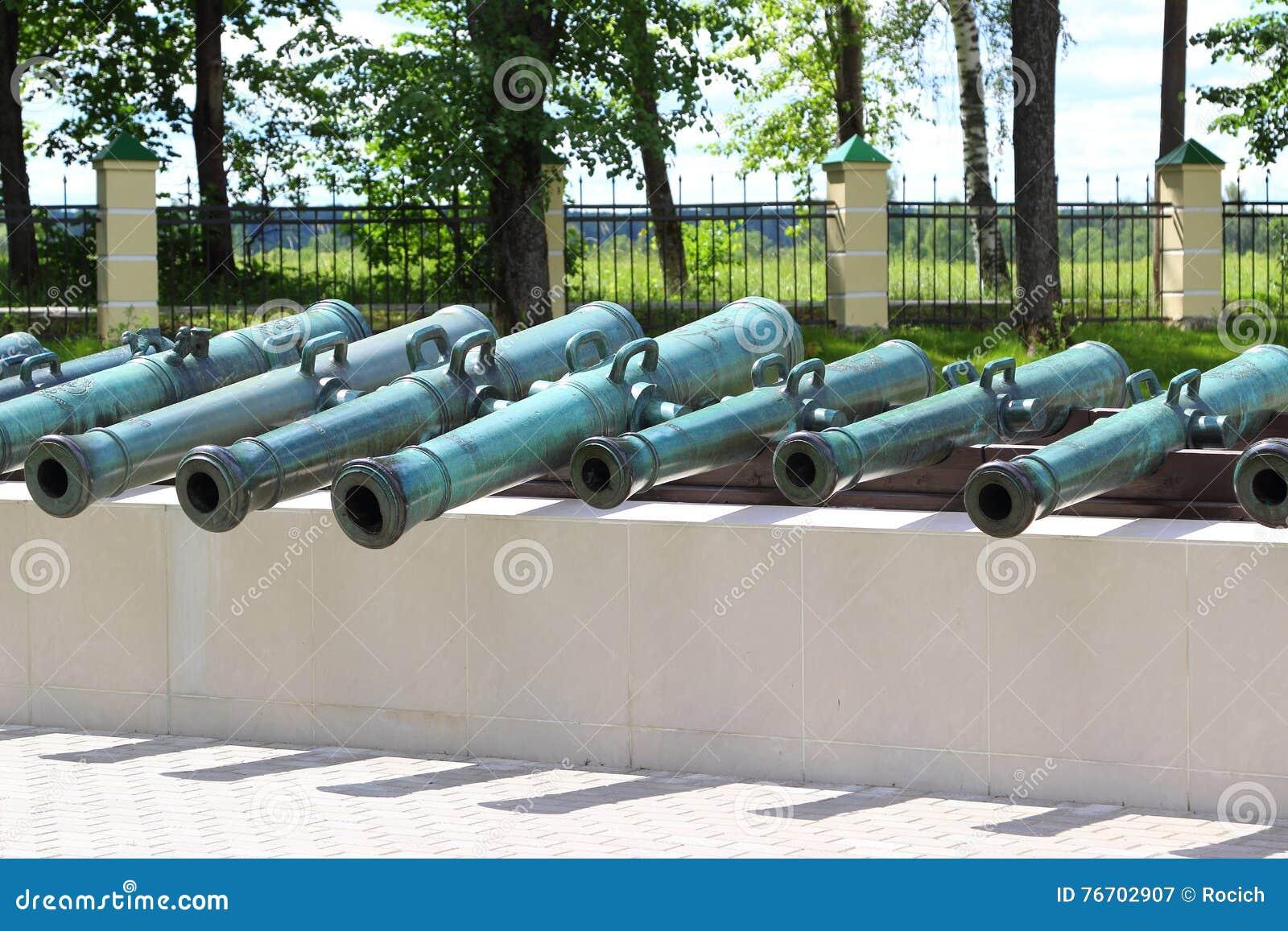 Rad av gamla kanoner