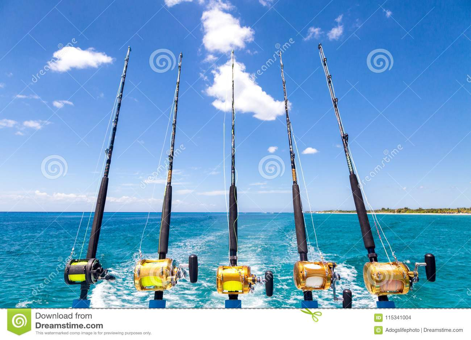 Rad av metspön för djupt hav på fartyget