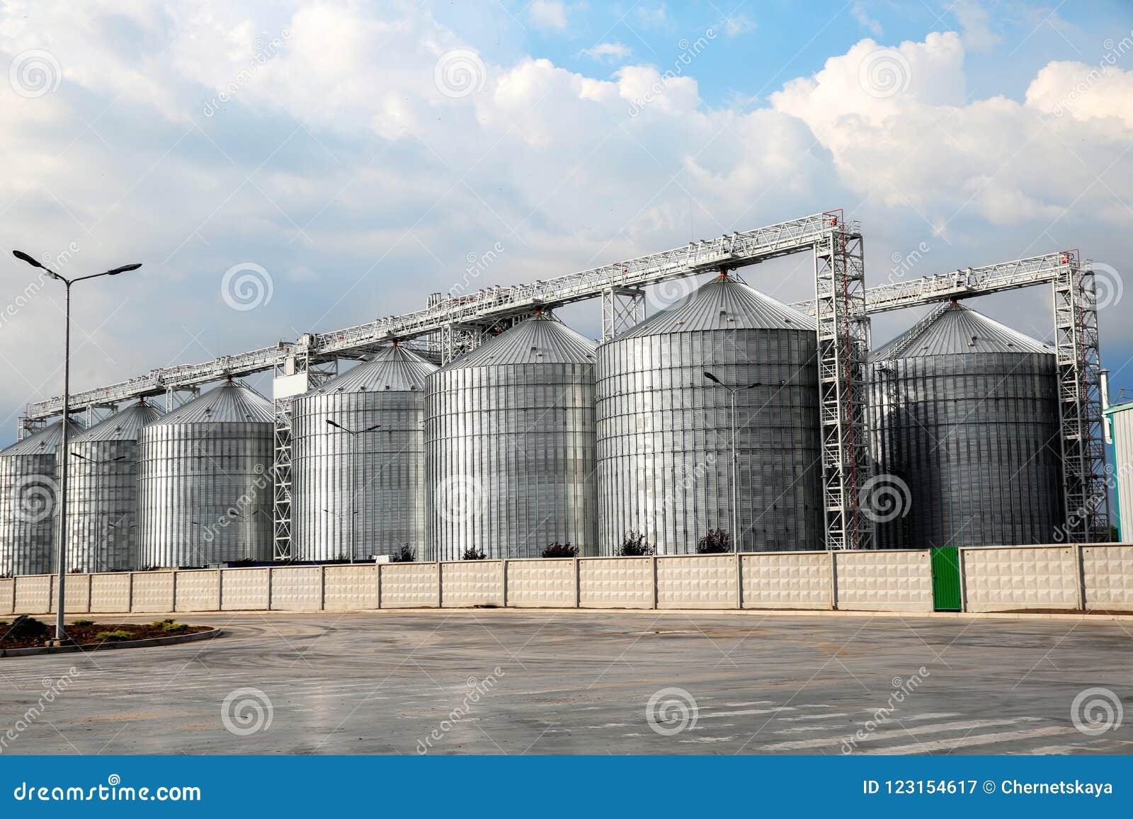 Rad av moderna spannmålsmagasin för att lagra korn