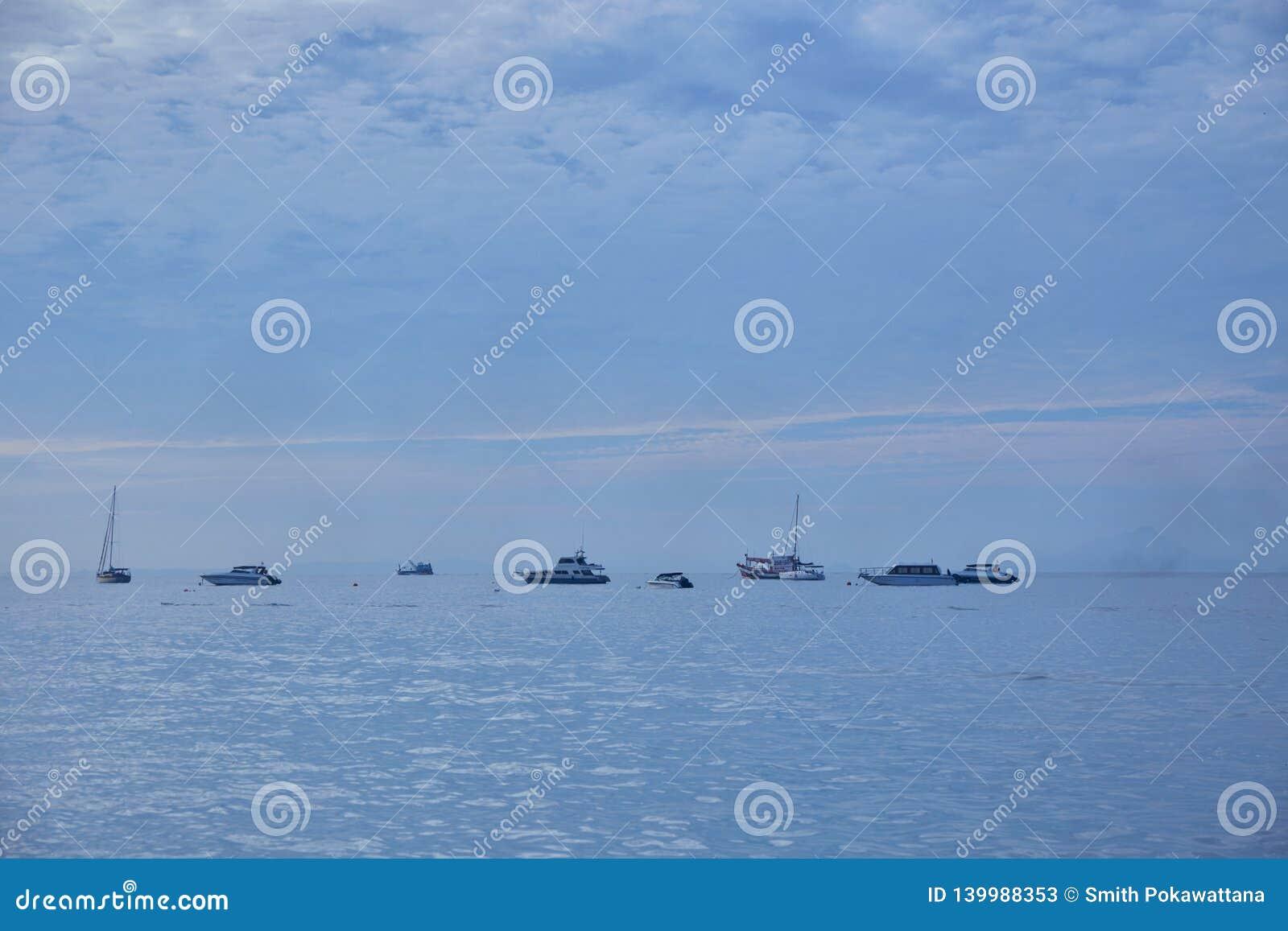 Rad av skeppen på havet