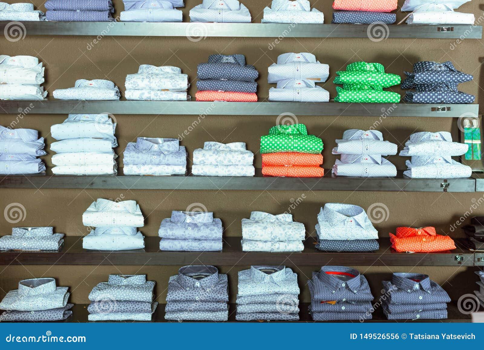 Rad av skjortor p? shelfs