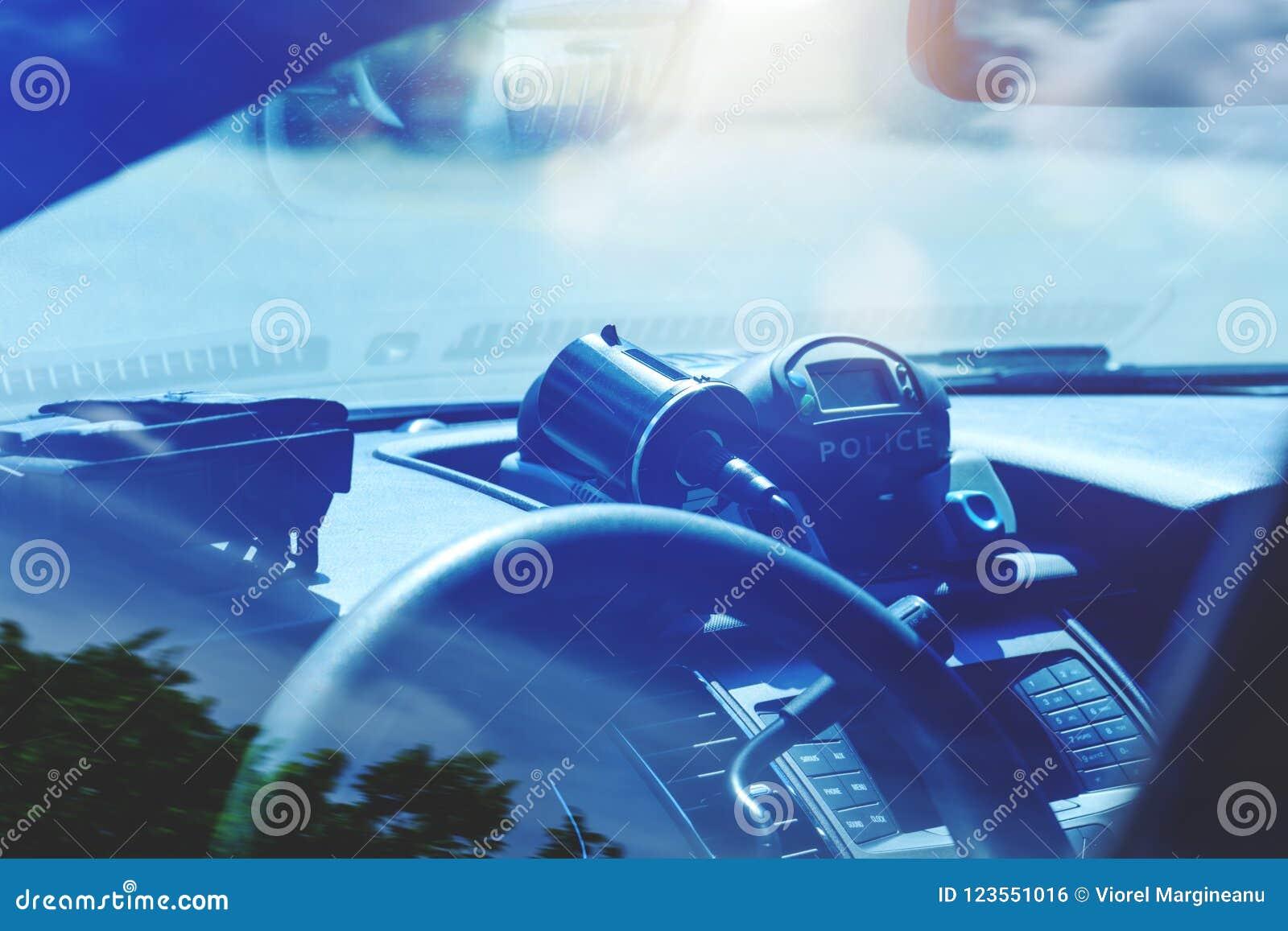 Radar de polícia dentro do carro de polícia A patrulha monitora o tráfego na