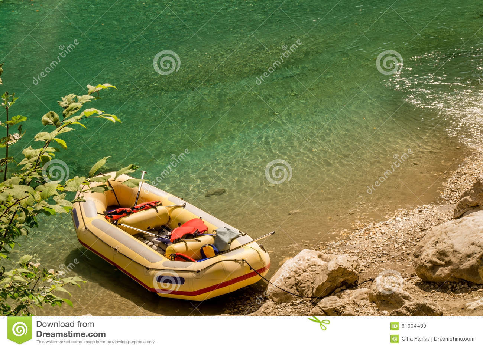 Radeau jaune sur une rive
