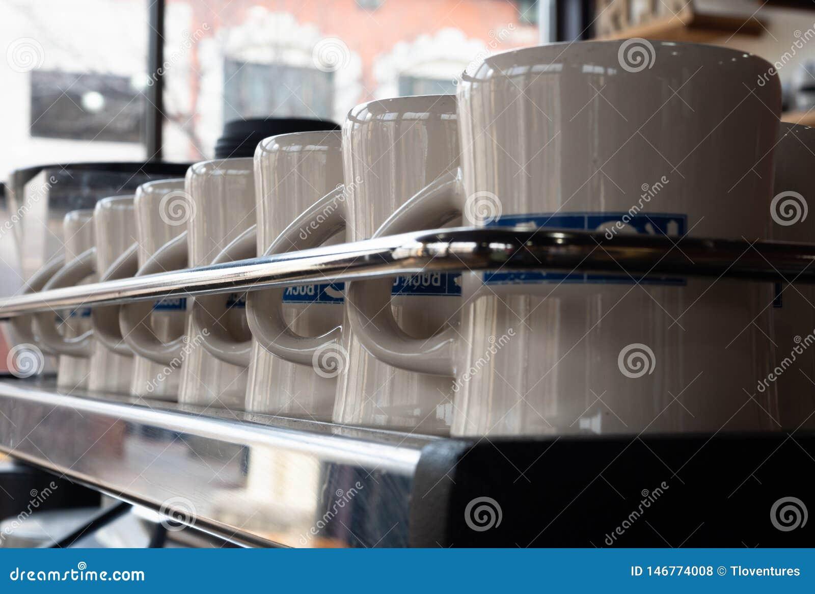 Raden av rent kaffe rånar bak en Chrome stång