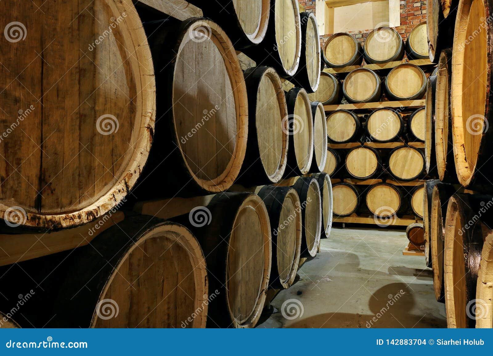 Rader av alkoholtrummor i materiel spritfabrik Cognac whisky, vin, konjak Alkohol i trummor