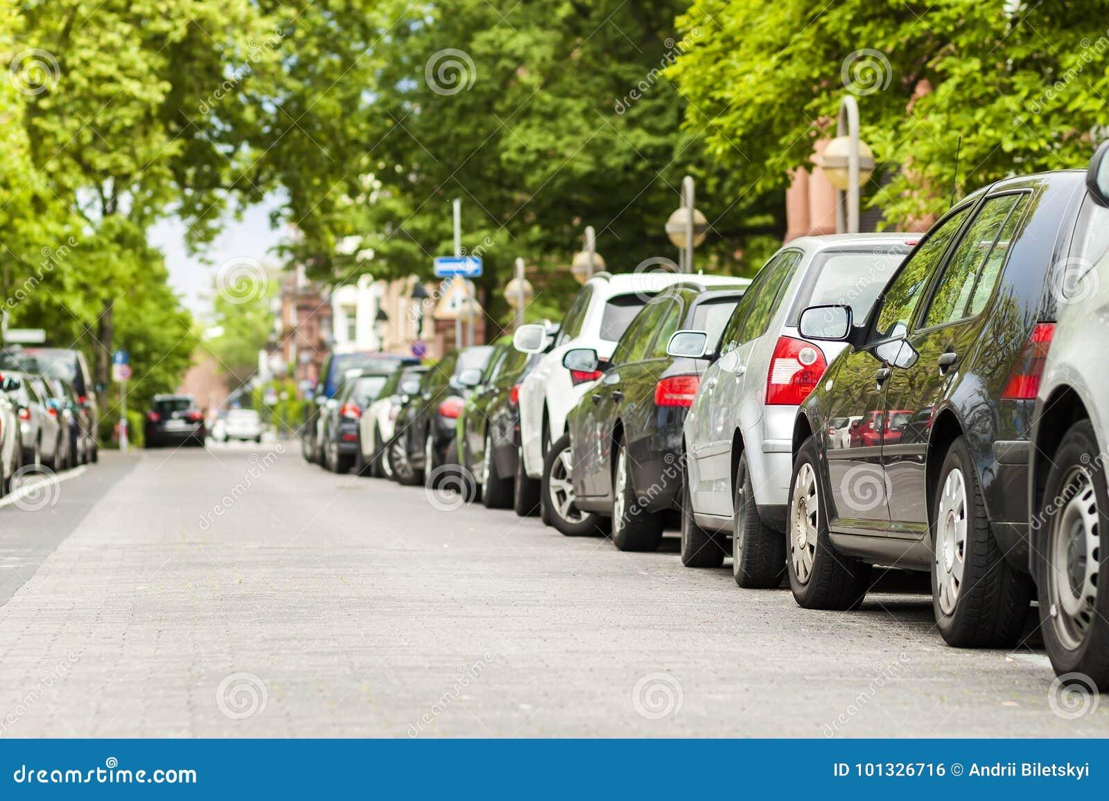 Rader av bilar som parkeras på vägrenen i bostads- område