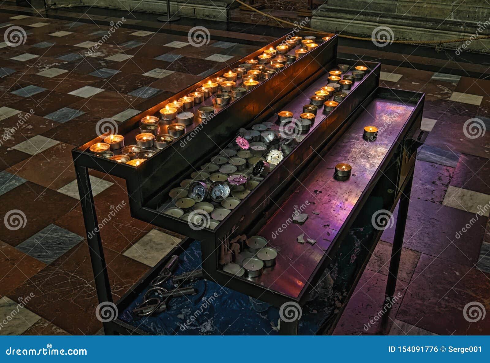 Rader av brinnande stearinljus i St Vitus Cathedral Tjeckisk republik, Prague