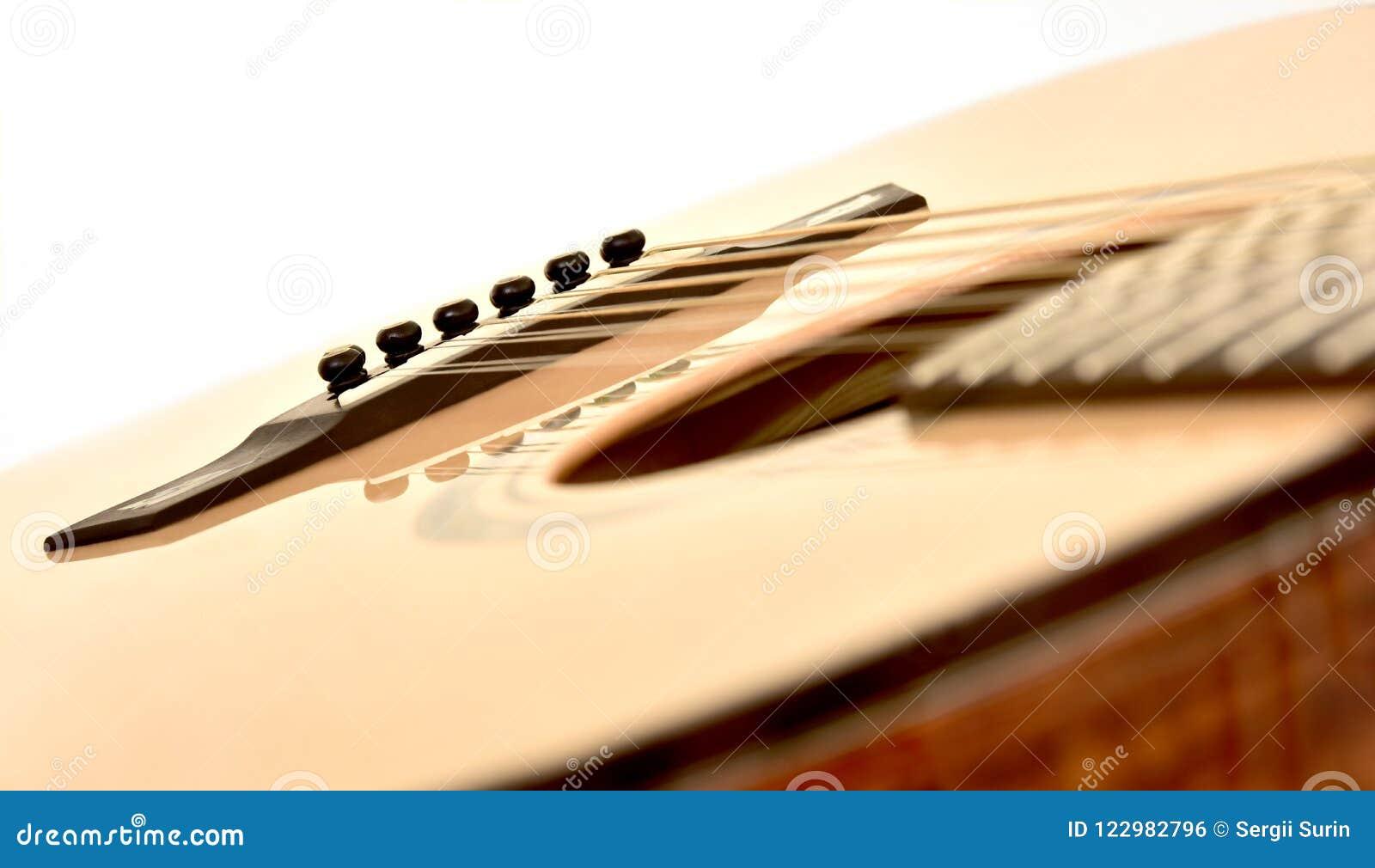 Rader för akustisk gitarr tolv särar den lutade ned diagonalen