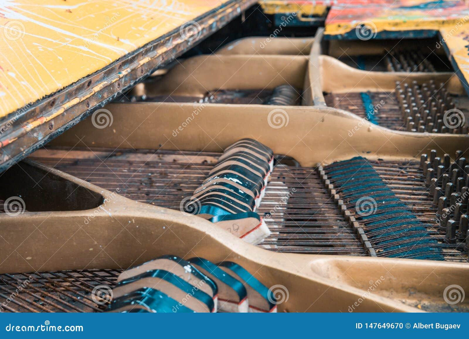 Rader och hammare inom det gamla pianot