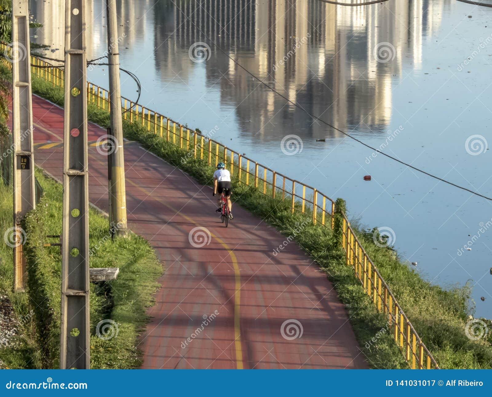 Radfahrer auf Fahrradweg nahe von Pinheiros-Fluss