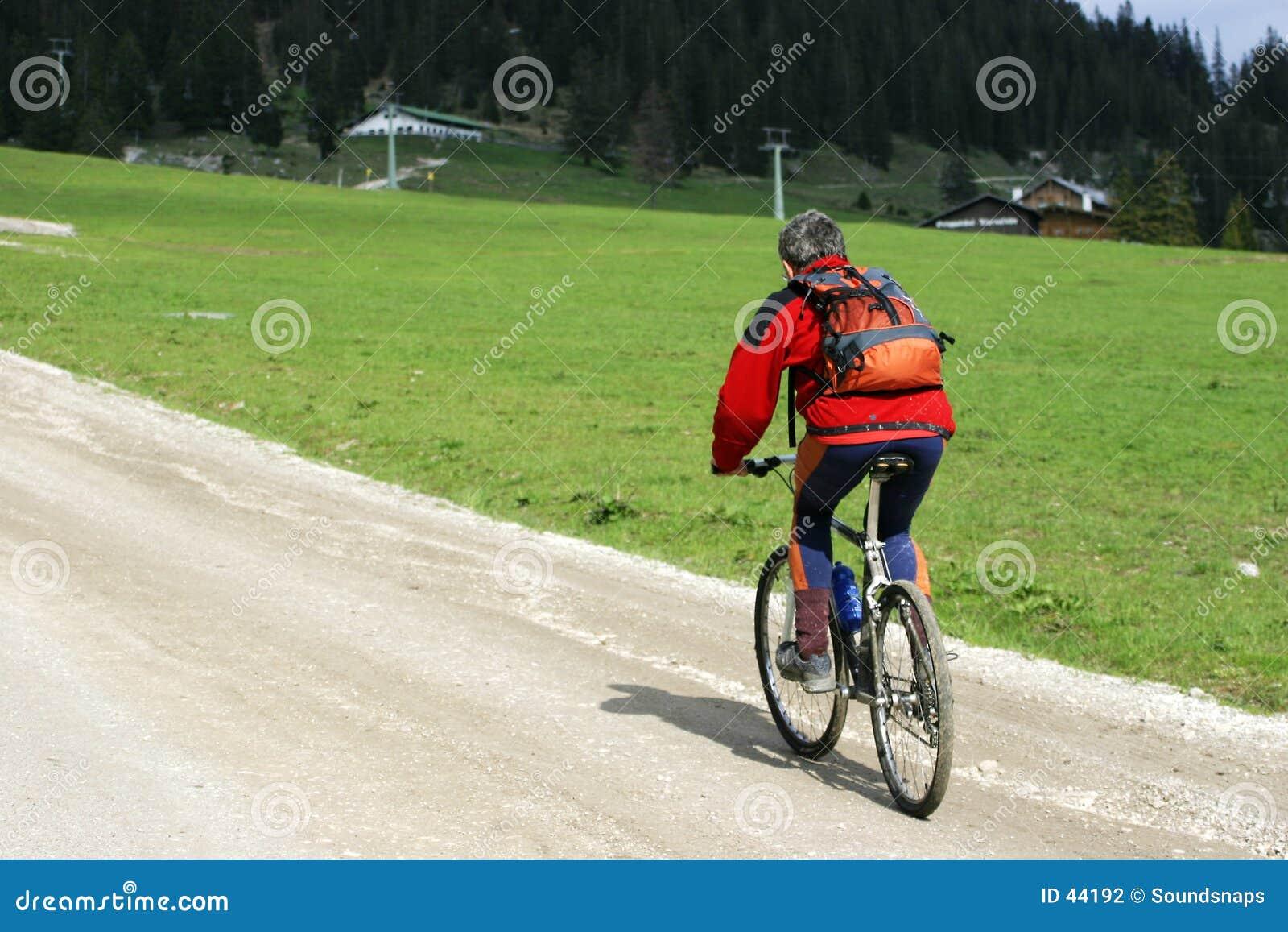 Radfahrer auf Gebirgsspur