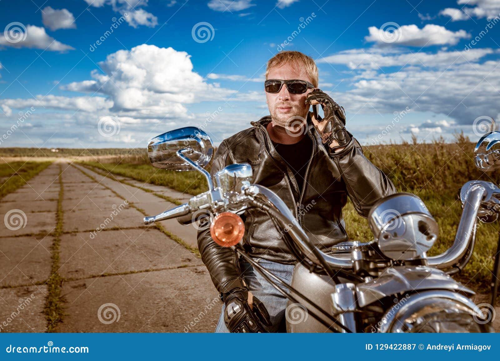 Radfahrer, der auf einem Smartphone spricht