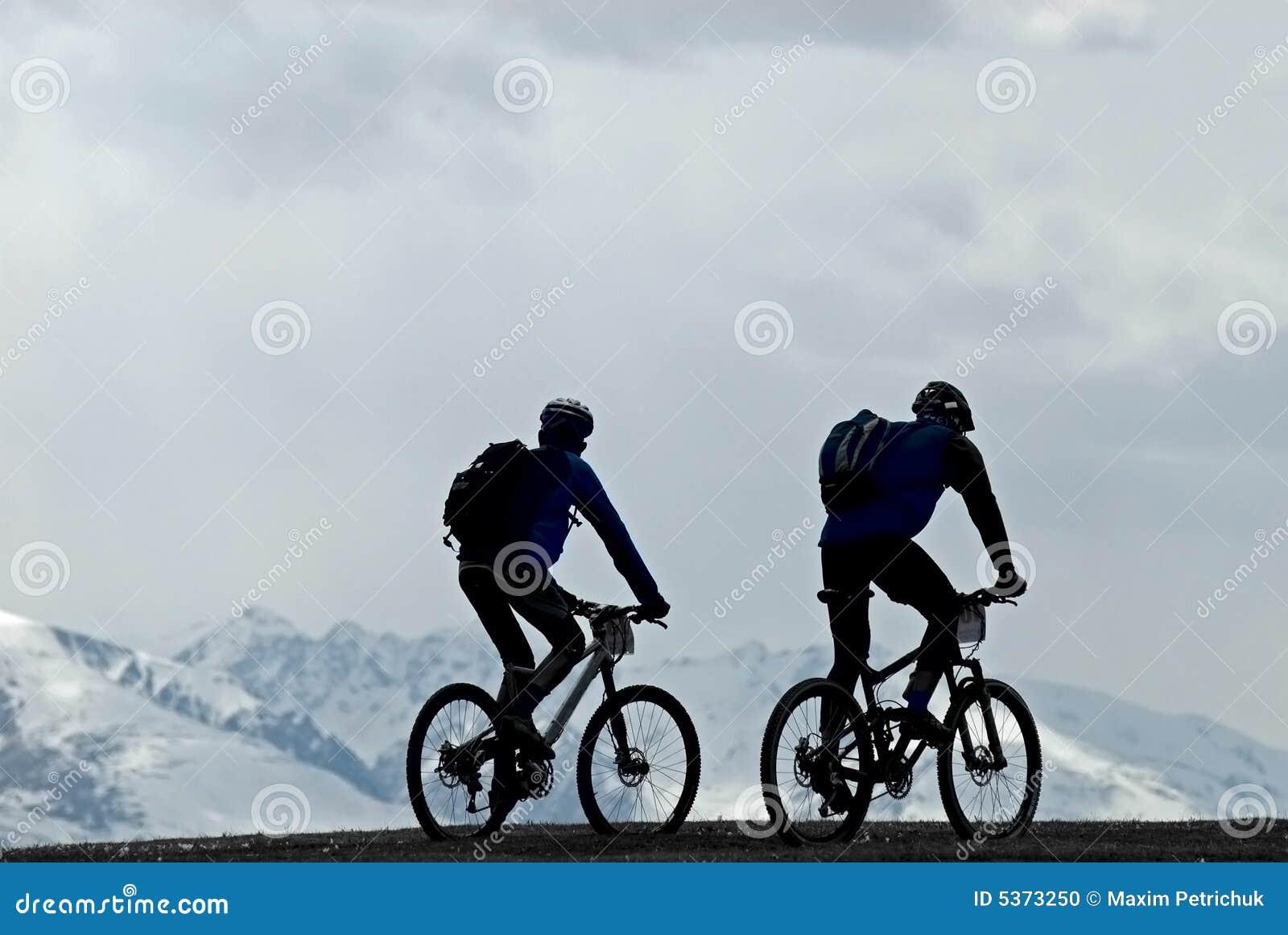 Radfahrer des Schattenbildes zwei Gebirgs