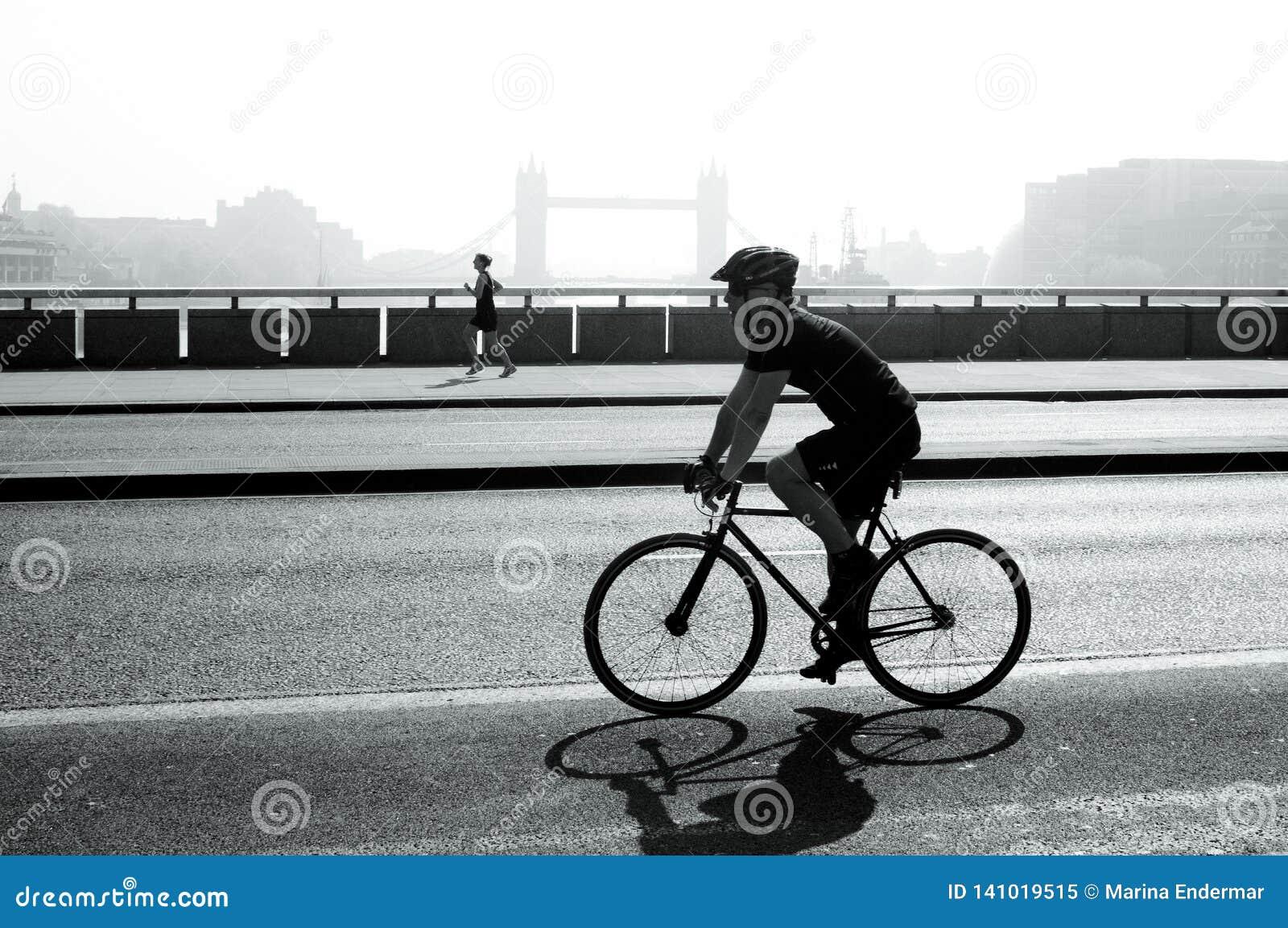 Radfahrer und Rüttler auf London-Brücke, London, Großbritannien