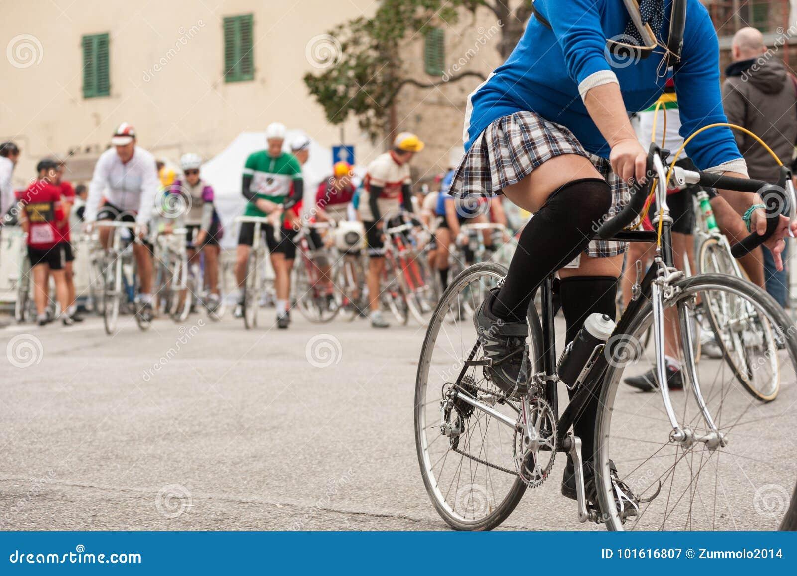 Dem auf fahrrad minirock im Unten ohne