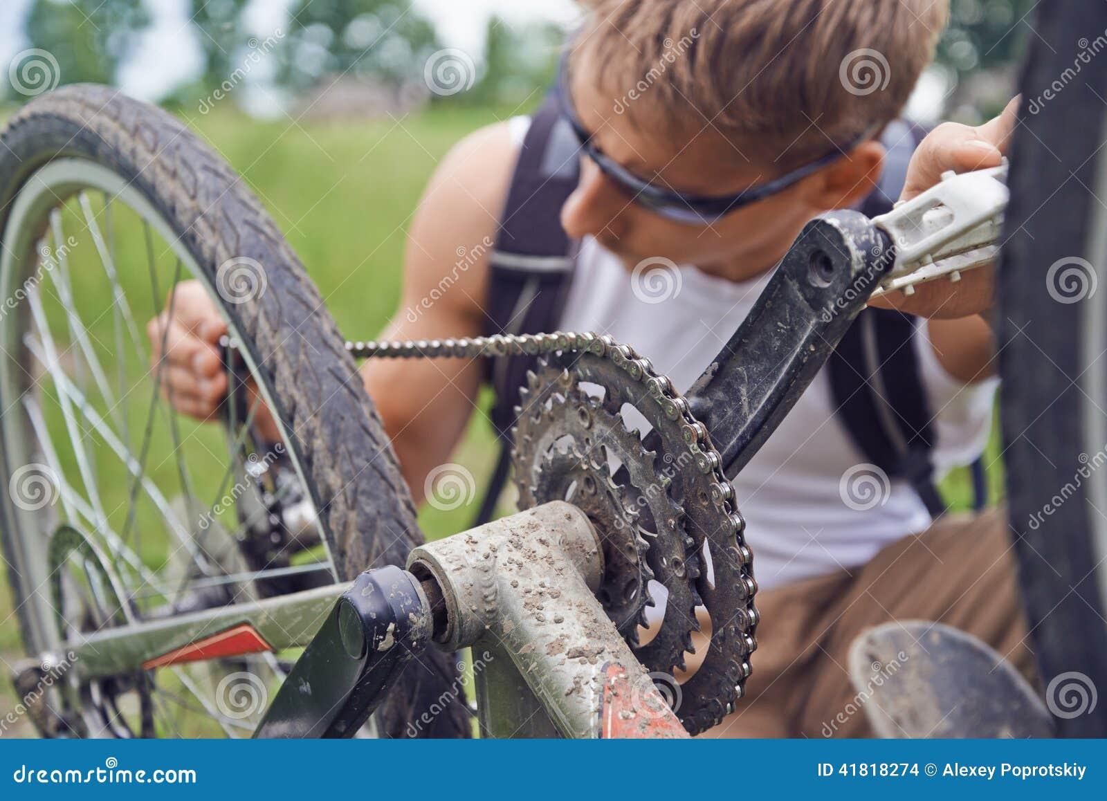 Radfahrermann überprüft Kette