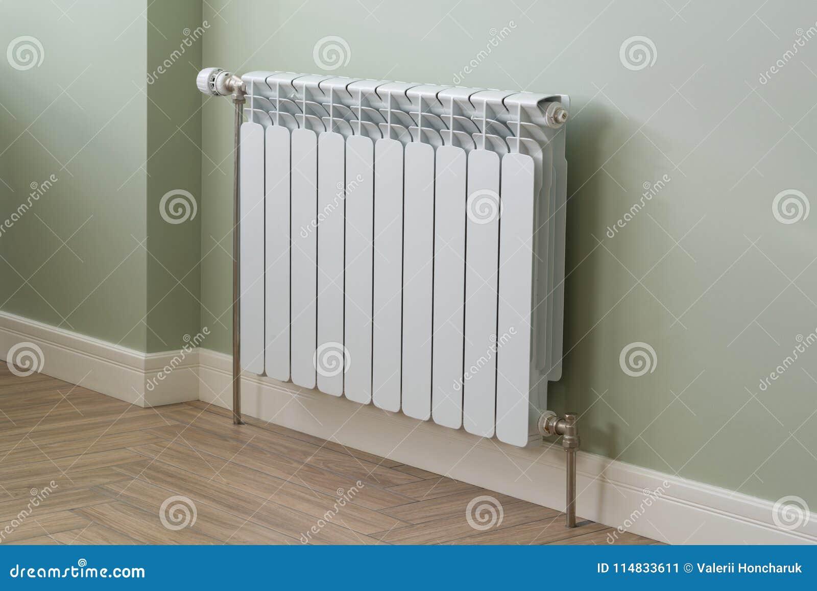 Radiador de la calefacción, radiador blanco en un apartamento