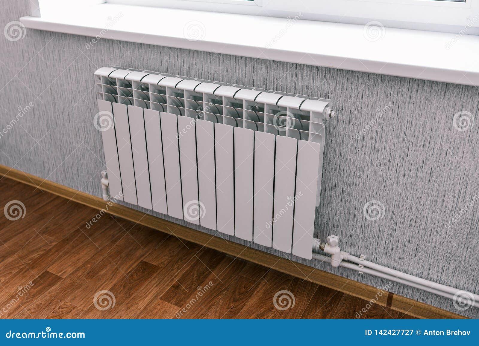 Radiador moderno en la casa o el apartamento Baterías bimetálicas del hogar Sistema del radiador del agua del panel en un residen