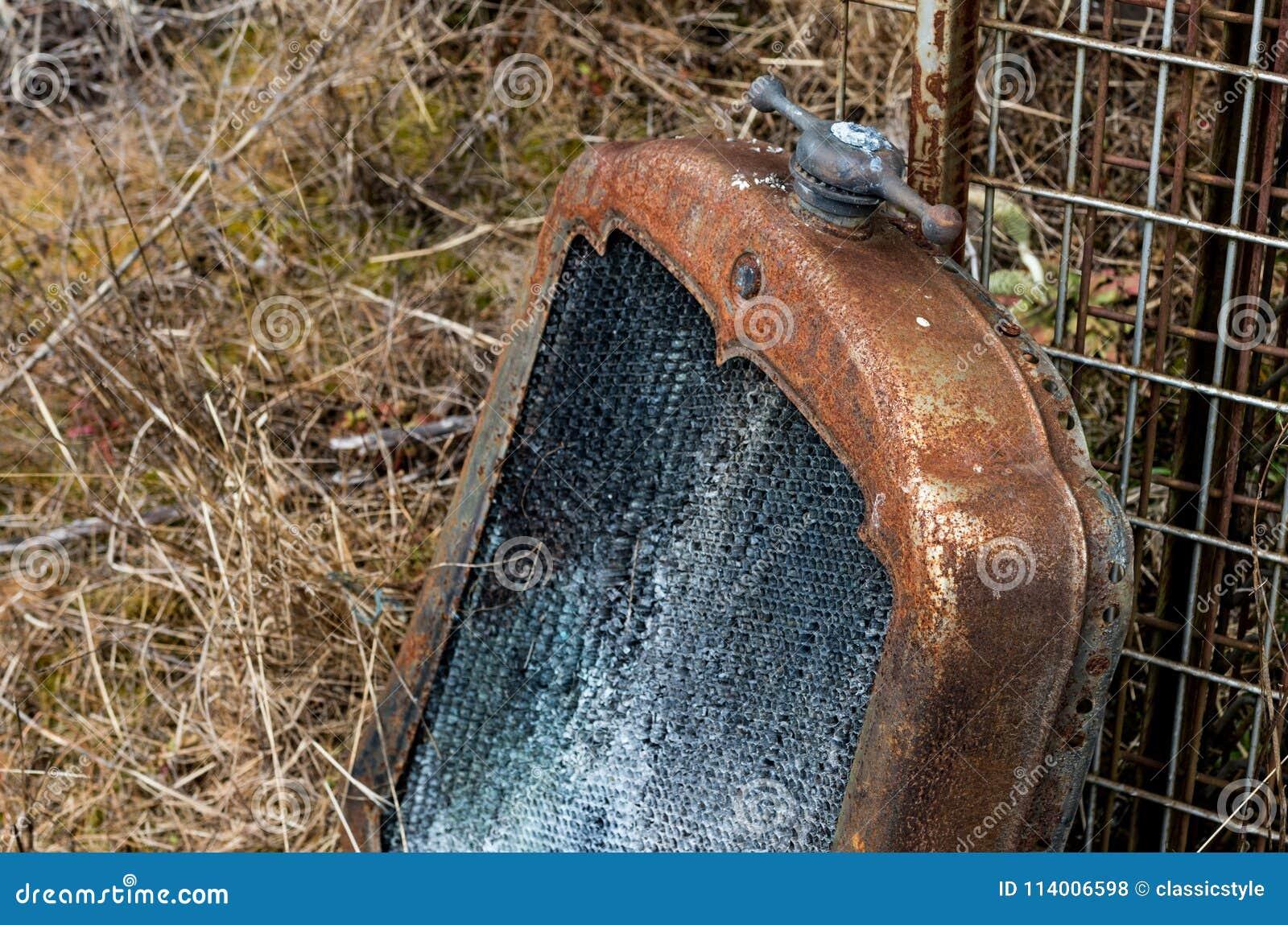 Radiador oxidado automotivo antigo do vintage e tampão decorativo
