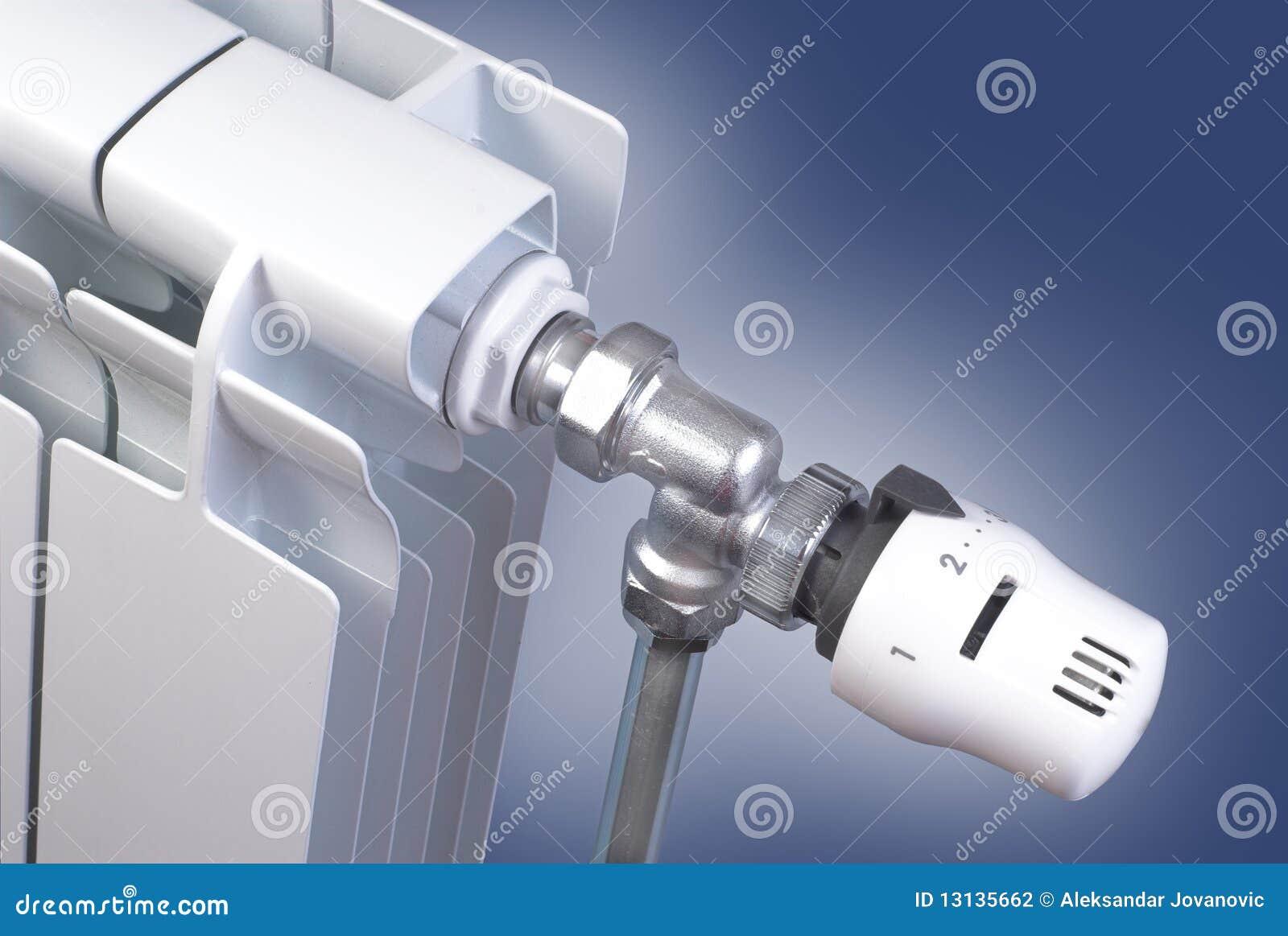 Radiateur avec le détail de thermostat