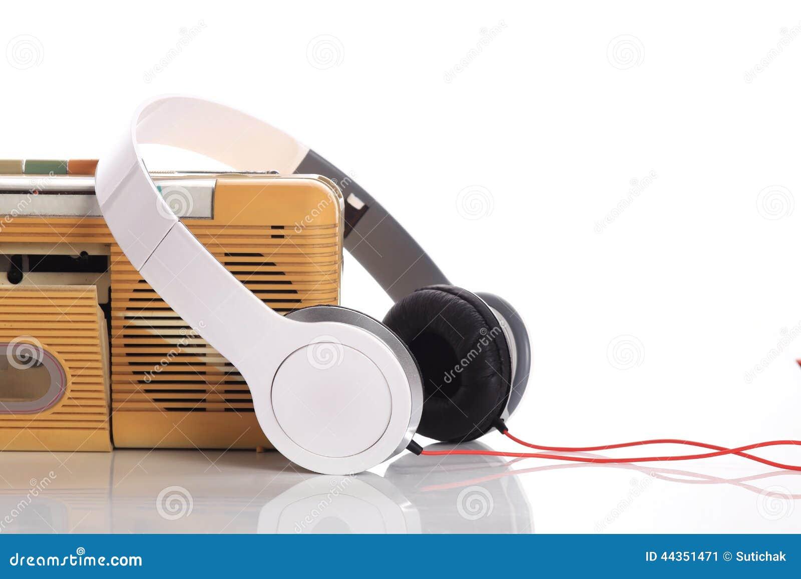 Radio di musica e cuffia bianca